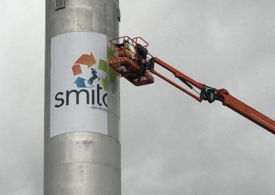 Pose de l'adhésif du logo de la cheminée
